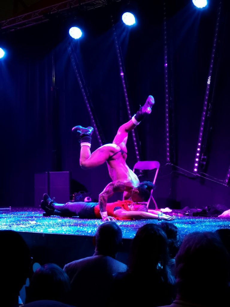 Performeur homme striptease scène principale salon Erosexpo
